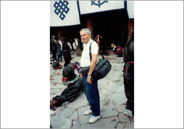 Franklim à entrada dum local de oração num largo de Lhasa