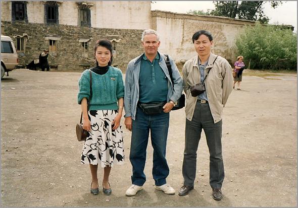 Franklim entre a guia Wang Chin e o guia Lee