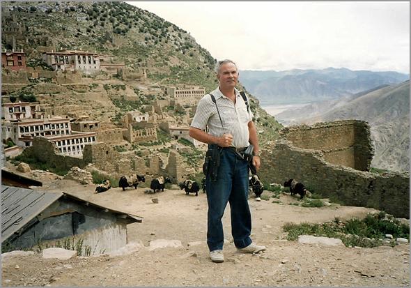 Franklim junto ao Mosteiro Monte de Arroz na montanha