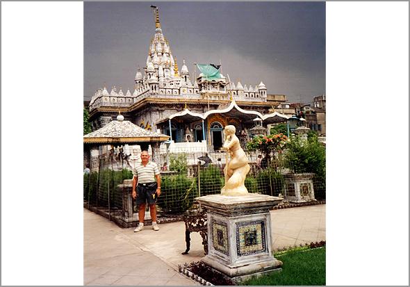 Franklim junto ao Jain Temple de Calcutá