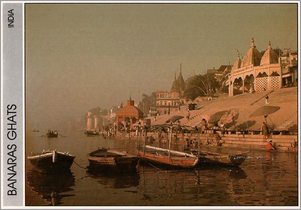 Templos junto das escadarias Scindia em Varanasi