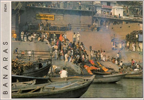 Cremação nas escadarias de rituais hindus Manikarnika, na margem do Ganges