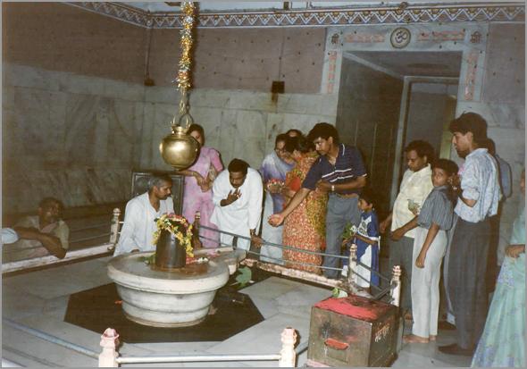 Venerando o pénis de Xiva num templo de Patna