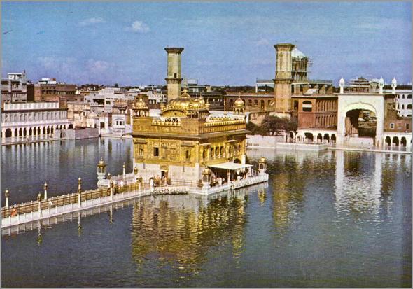 Templo Dourado dos Sikh em Amritsar, no meio dum lago