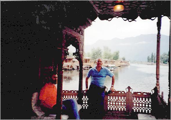 Franklim no barco-hotel no lago Dal em Srinagar
