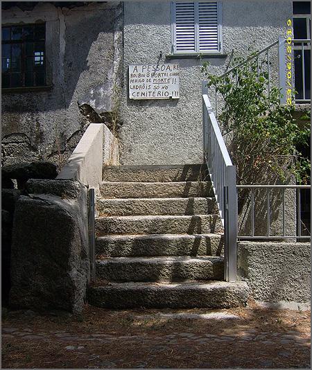 Cartaz numa casa em que foi roubado o portão. A emigração tem consequências ao nível linguístico!