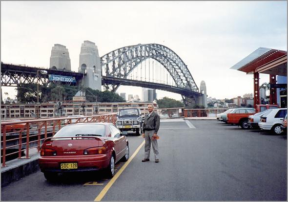 Franklim com a ponte de Sidney atrás