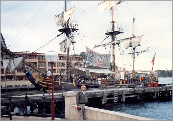 Franklim Junto à réplica da Bounty, célebre barco inglês