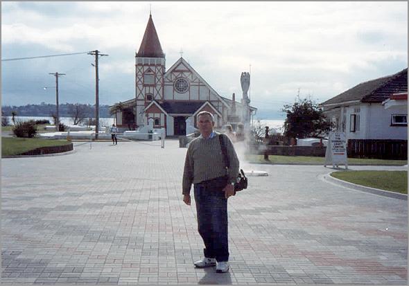 Franklim frente à igreja maori
