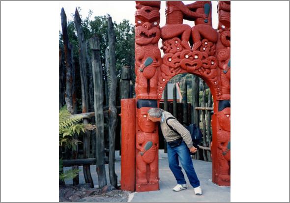 Franklim à entrada do parque maori de Rotorua