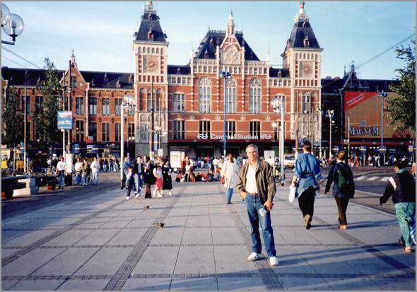Franklim junto à estação dos Caminhos de Ferro de Amsterdam