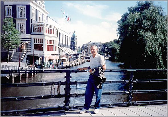 Franklim junto aos canais de Amsterdam