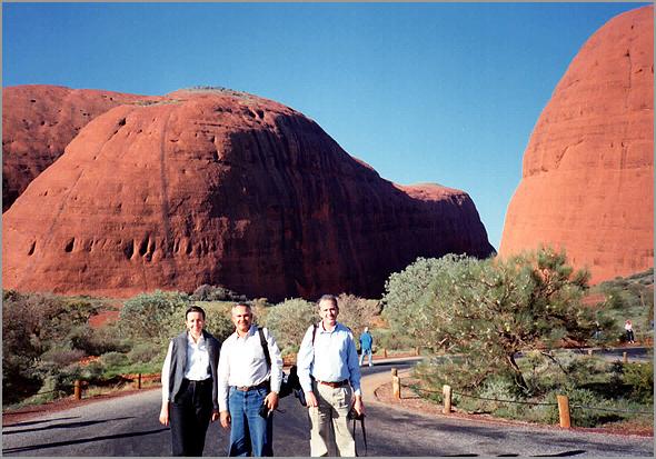 Franklim com o casal italiano junto dos montes Uluru