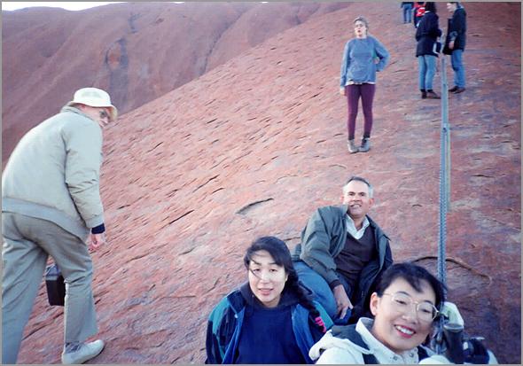 Franklim escalando os montes Uluru