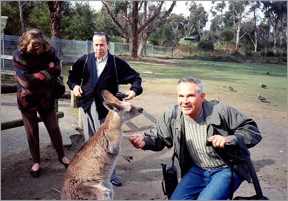 Franklim brincando com um canguru, junto do casal Valente