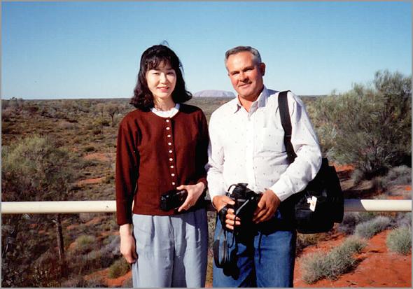 Franklim com uma japonesa nos montes Olgas