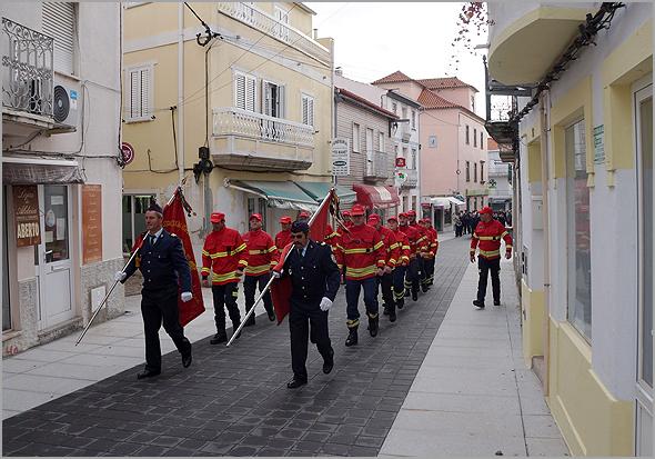 Bombeiros do Sabugal na Rua Principal no dia 10 de Novembro, dia do concelho (Foto: C.M. Sabugal) - capeiaarraiana.pt
