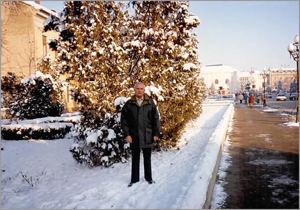 Franklim numa rua de Oradea cheia de neve, parecendo ter uma árvore de Natal