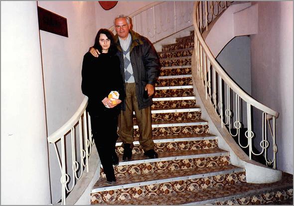 Franklim com a Cláudia na escadaria do hotel termal em Baile Felix