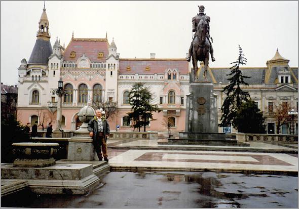 Franklim frente ao Palácio Episcopal greco-católico de Oradea