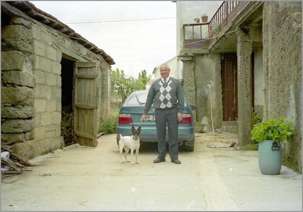 Tivoli em Quadrazais, na cerca da casa da mãe do Franklim, com este ao lado