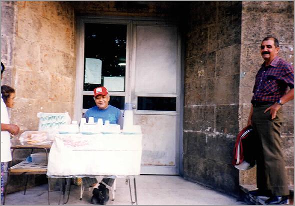 Fidel vendendo à porta da sua casa