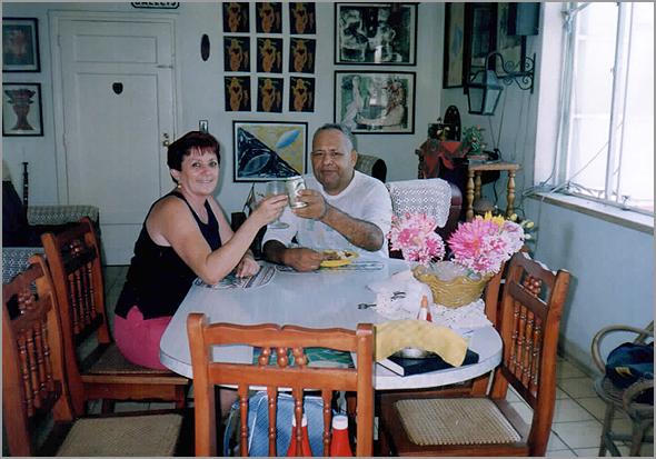 Fidel e a esposa Mary na sala de sua casa