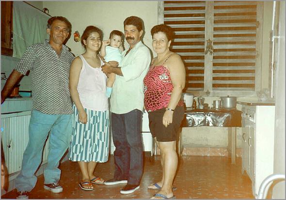O Jorge Henriques com a esposa e filho Albertito em casa de amigos, que visitámos