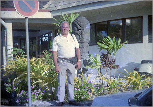 Franklim frente ao hotel Bora Bora Beach Club