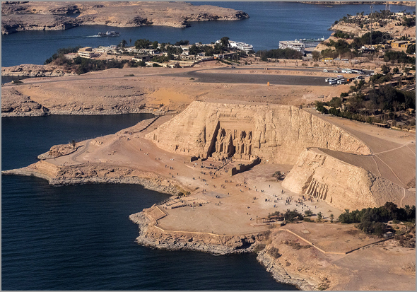 Abul-Simbel é um complexo arqueológico que foi transladado do seu local original devido à construção da barragem de Assuão no rio Nilo