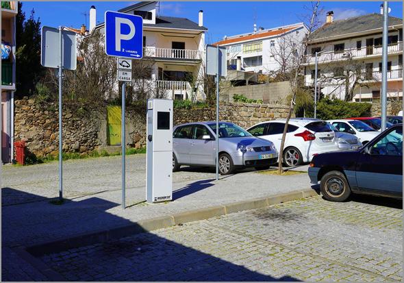 Dois locais de estacionamento exclusivos para o carregamento de viaturas eléctricas