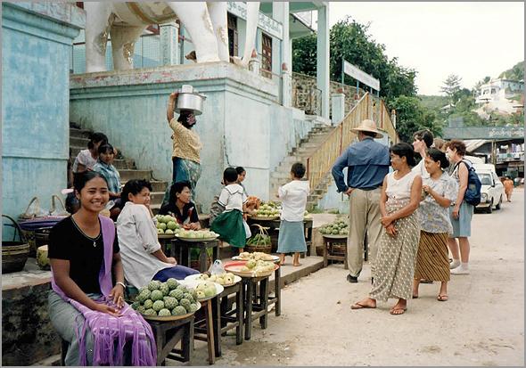 Um pequeno mercado em Rangun