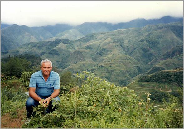 Franklim no campo perto de Bontoc com os montes ao fundo