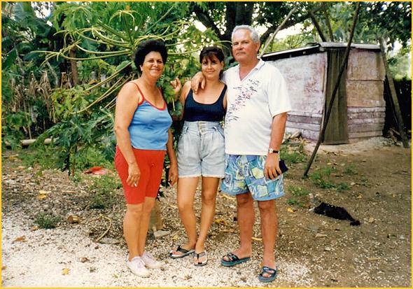 Com a yudi e mãe Gládis no seu quintalito