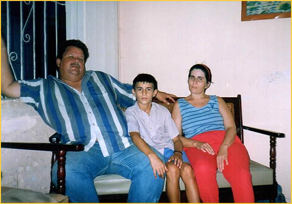 O Sr. dos móveis, esposa e filho em Sancti Spiritus