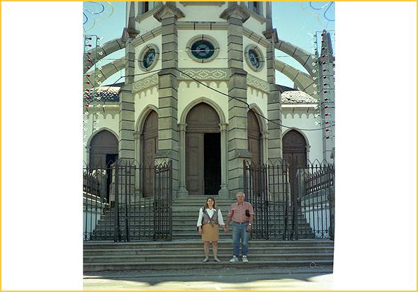 Franklim e amiga à porta da igreja do Senhor da Pedra