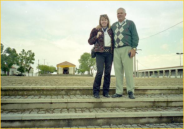 Franklim e amiga frente à capela da Srª do Almurtão