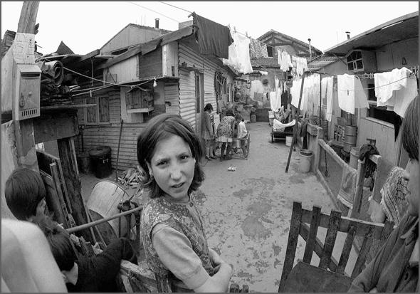 Emigrantes portugueses no Bidonville de Champigny nos arredores de Paris nos anos 60
