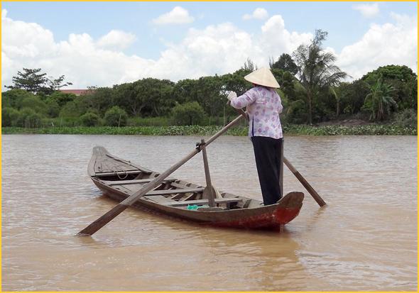 Mulher vietnamita com o chapéu cónico tradicional