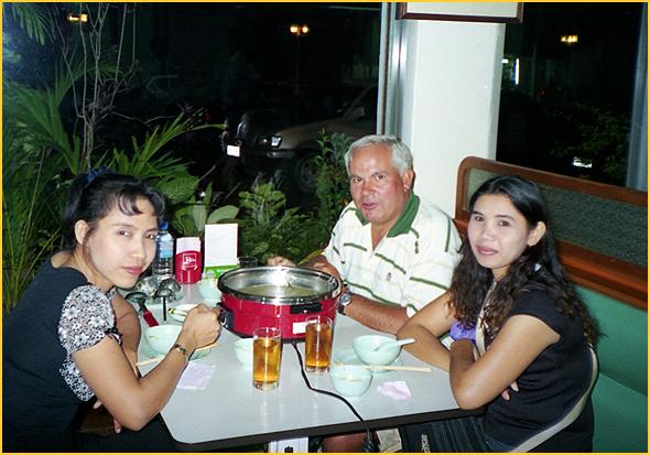 Franklim com a guia Thoi e uma amiga comendo sukid