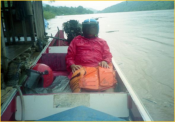 Franklim dentro do spead boat, equipado para a chuva