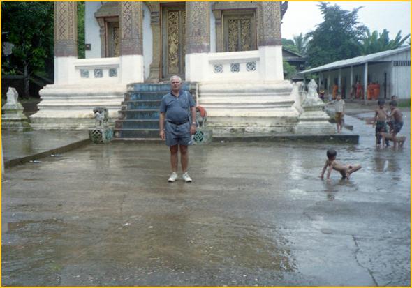 Franklim frente a um templo em Luang Prabang