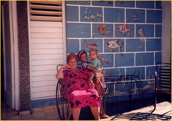 Zoila e neta Mairélis frente a sua casa em Varadero