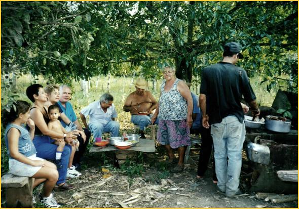 Franklim, Osmary e família do Jorge comendo o porco