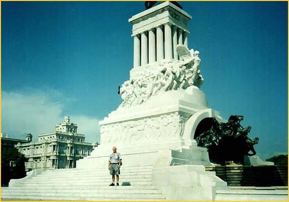 Franklim frente ao monumento a Maximo Gomez