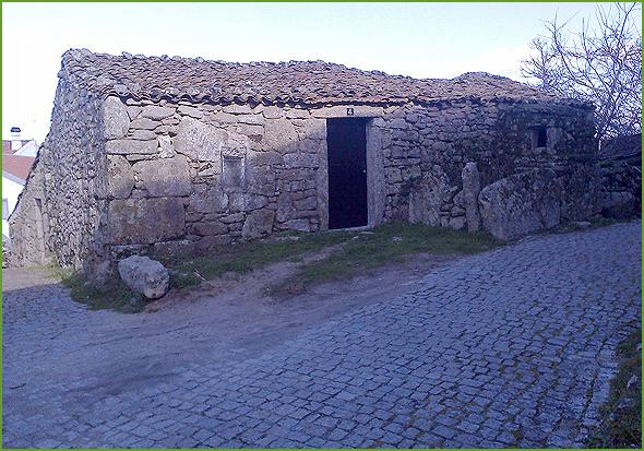 Casa de tipo 2: Sem curral (cortelho e o galinheiro estão à porta de casa).