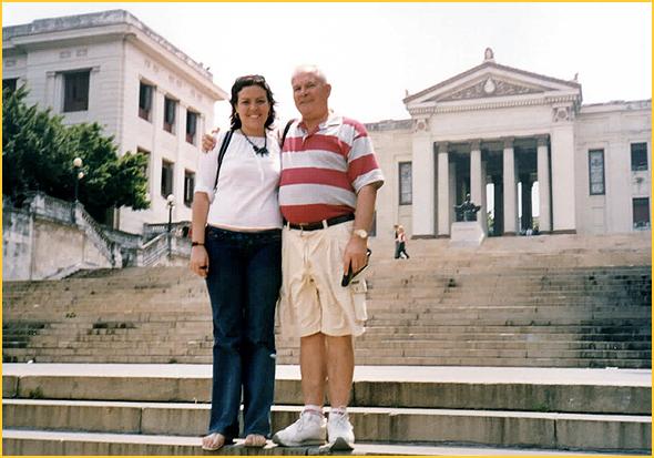 Franklim com a Rosa Maria nas escadas da Universidade