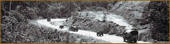 Viaturas do exército português numa estrada de Buco Zau, na província de Cabinda em Angola
