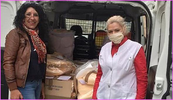 Lucinda Batista (do lado direito) com mais um carregamento de material