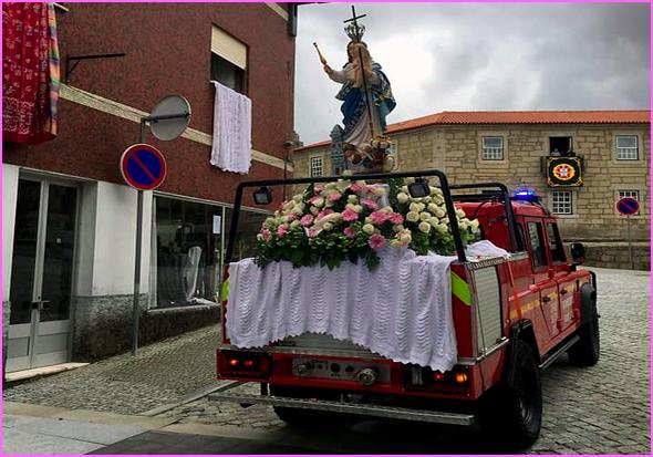 Viatura dos Bombeiros do Sabugal transporta imagem da Senhora da Graça